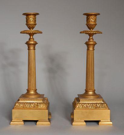 Paire de bougeoirs quadripodes en bronze...
