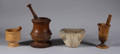 Mortier en pierre et trois mortiers en bois...