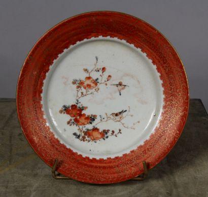 Assiette en porcelaine à marli rouge et décor...