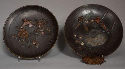 Deux plats dépareillés en bronze patiné à...