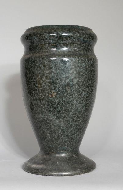 Vase balustre en pierre à glaçure bleu-gris...