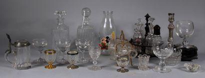 Lot de verrerie dépareillé : carafes, verres...