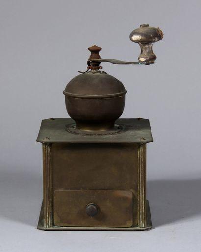 Moulin à café en métal  H : 26 cm. (usures,...