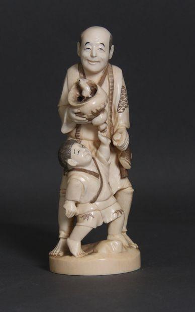 Okimono en ivoire et rehauts bruns, représentant...