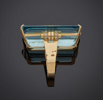 *Bague en or jaune 750 millièmes ornée au centre d'une aigue-marine rectangulaire...