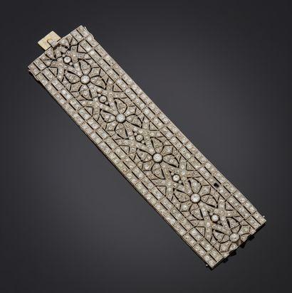 *Bracelet large articulé en or gris 750 millièmes et platine 850 millièmes décoré...