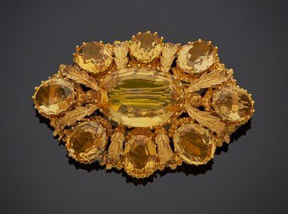 *Broche ovale en or jaune 750 millièmes ornée de motifs gravés à décor d'agrafes...