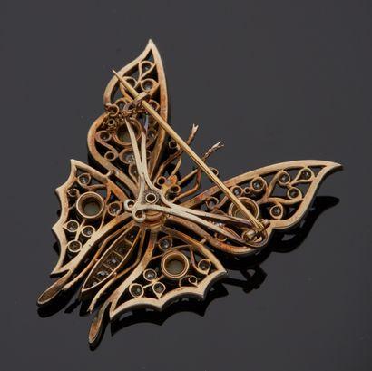 *Broche en or jaune 750 millièmes et argent 925 millièmes figurant un papillon entièrement...