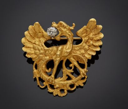 *Broche chimère en or jaune 750 millièmes gravé sertie d'un petit diamant coussin...