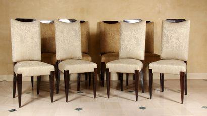 Suite de huit chaises en acajou vernis garnies...