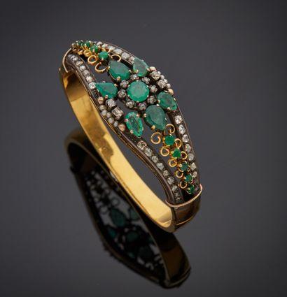 *Bracelet rigide ouvrant en or jaune 750 millièmes et argent 925 millièmes, le centre...