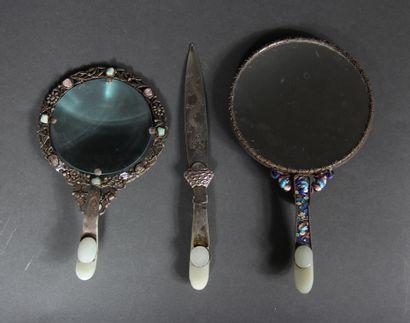 Lot comprenant :  - un miroir orné d'une...