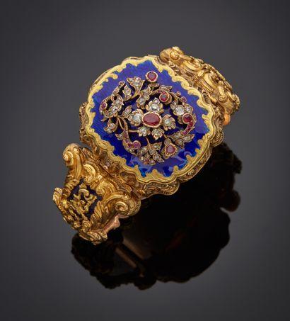 *Bracelet articulé en or jaune bas titre (ET), les maillons en chute gravés à décor...