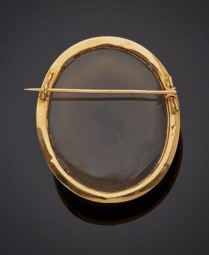 *Broche en or jaune 750 millièmes ornée au centre d'un camée agate figurant une...
