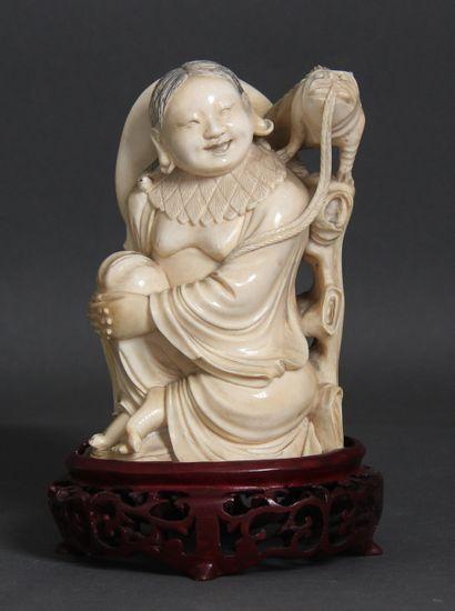 Sujet en ivoire représentant Liuhai souriant,...