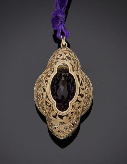 *Collier en velours mauve retenant en pendentif un motif ovale en or gris 750 millièmes...