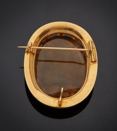 *Broche en en jaune 750 millièmes de forme ovale ornée au centre d'un camée agate...