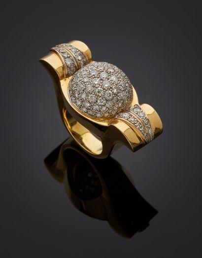 *Bague boule en or 750 millièmes ornée d'un pavage de diamants ronds de taille brillant...