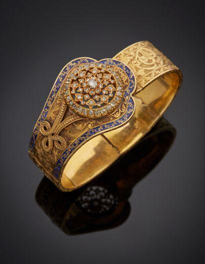 *Bracelet articulé en or jaune 750 millièmes entièrement gravé à décor d'agrafes...
