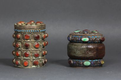 Lot :  - Boîte cylindrique en métal ornée...