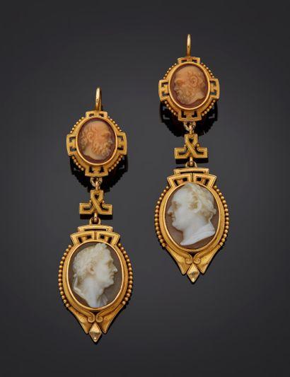 *Paire de pendants d'oreilles en or jaune 750 millièmes chacun ornés de deux camées...