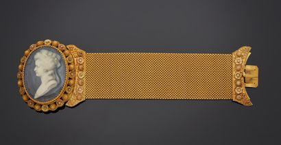 *Bracelet large et articulé en or jaune 750 millièmes tressé, le fermoir à décor...