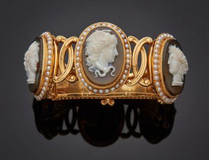 *Bracelet rigide et articulé en or jaune 750 millièmes gravé à décor d'agrafes de...