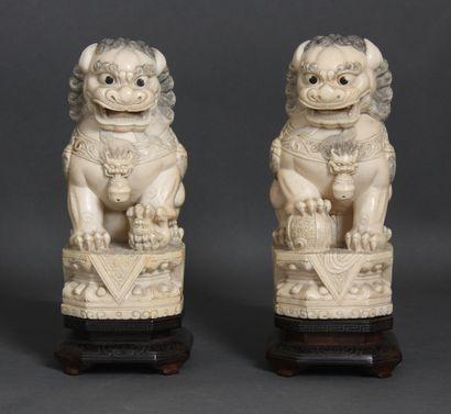 Couple de chiens de Fô en ivoire et rehauts...
