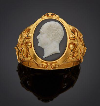 *Bracelet articulé ouvrant en or jaune 750 millièmes ajouré, les maillons à décors...