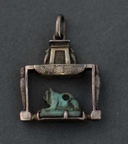 Amulette représentant un lion couché en faïence...