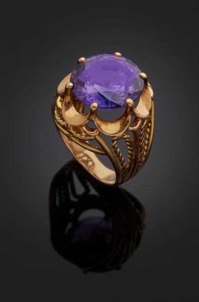 *Bague en or jaune 750 millièmes ornée au centre d'une pierre d'imitation de couleur...