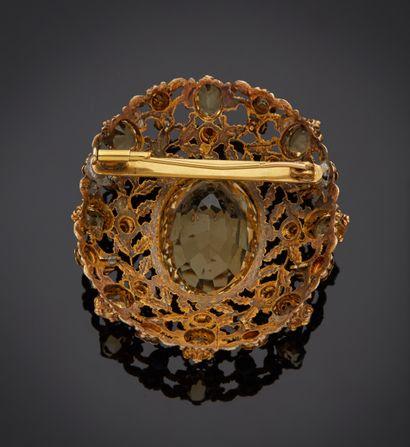 *Broche en ors 750 millièmes de plusieurs tons à décor de feuillages et fleurettes...
