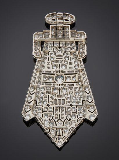 *Broche pouvant former pendentif en platine 850 millièmes ajouré à décor de motifs...