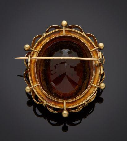 *Broche en or jaune 750 millièmes ornée au centre d'un quartz de couleur cognac,...