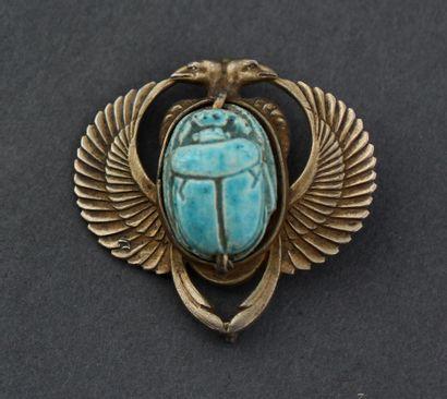 Pendentif représentant un scarabée, les ailes...