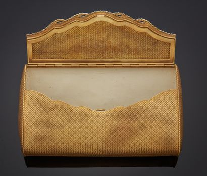 *Sac du soir en or jaune 750 millièmes à décor de vannerie, l'intérieur doublé de...