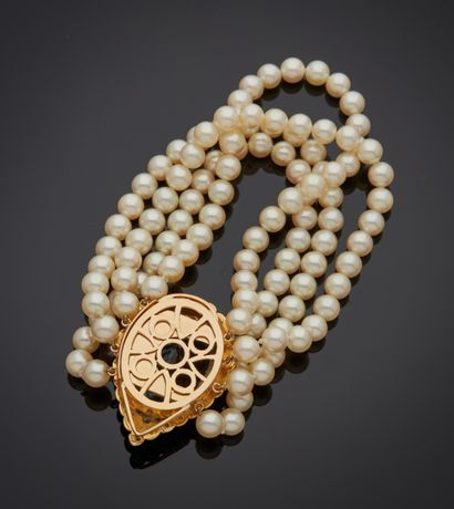 *Bracelet quatre rangs de vingt-huit, vingt-sept, vingt-sept et vingt-huit perles...