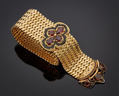 *Bracelet souple en or jaune 750 millièmes, le fermoir figurant une boucle de ceinture...