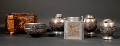 *Lot :  - Boite à thé quadripode rectangulaire...