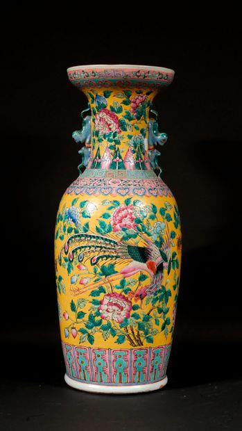 *Potiche balustre en porcelaine polychrome...