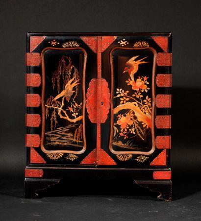 *Cabinet en bois laqué noir à décor doré...