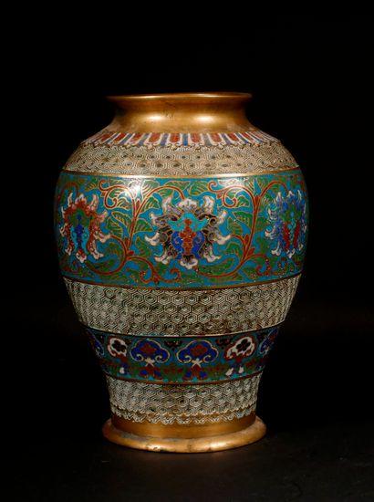 *Vase balustre en bronze et bronze cloisonné...