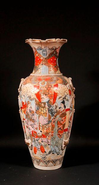 *Vase balustre en faïence polychrome et doré...