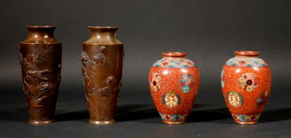*Deux paires de vases en bronze patiné à...