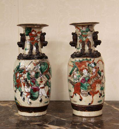 Paire de vases en faïence à décor de guerriers,...