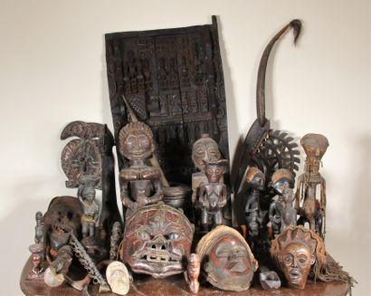 Ensemble d'objets, masques et statuettes...