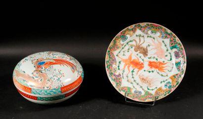 *Lot :  - Bonbonnière couverte en porcelaine...