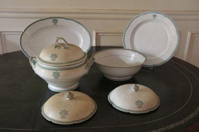 Lot de plats, soupières, saladiers en porcelaine...
