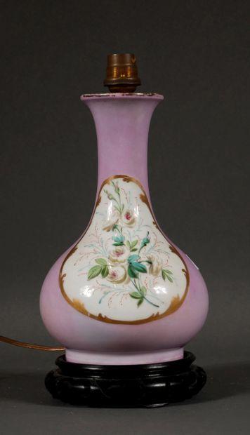 Vase en porcelaine à fond rose à décor d'un...