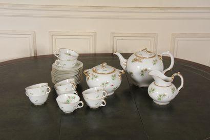 Partie de service à thé en porcelaine blanche...